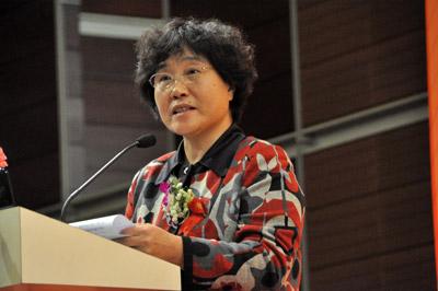 协会秘书长靳秀凤发言