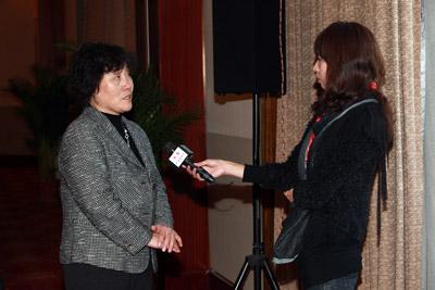 洽谈会现场靳秀凤秘书长接受中央电视台记者采访